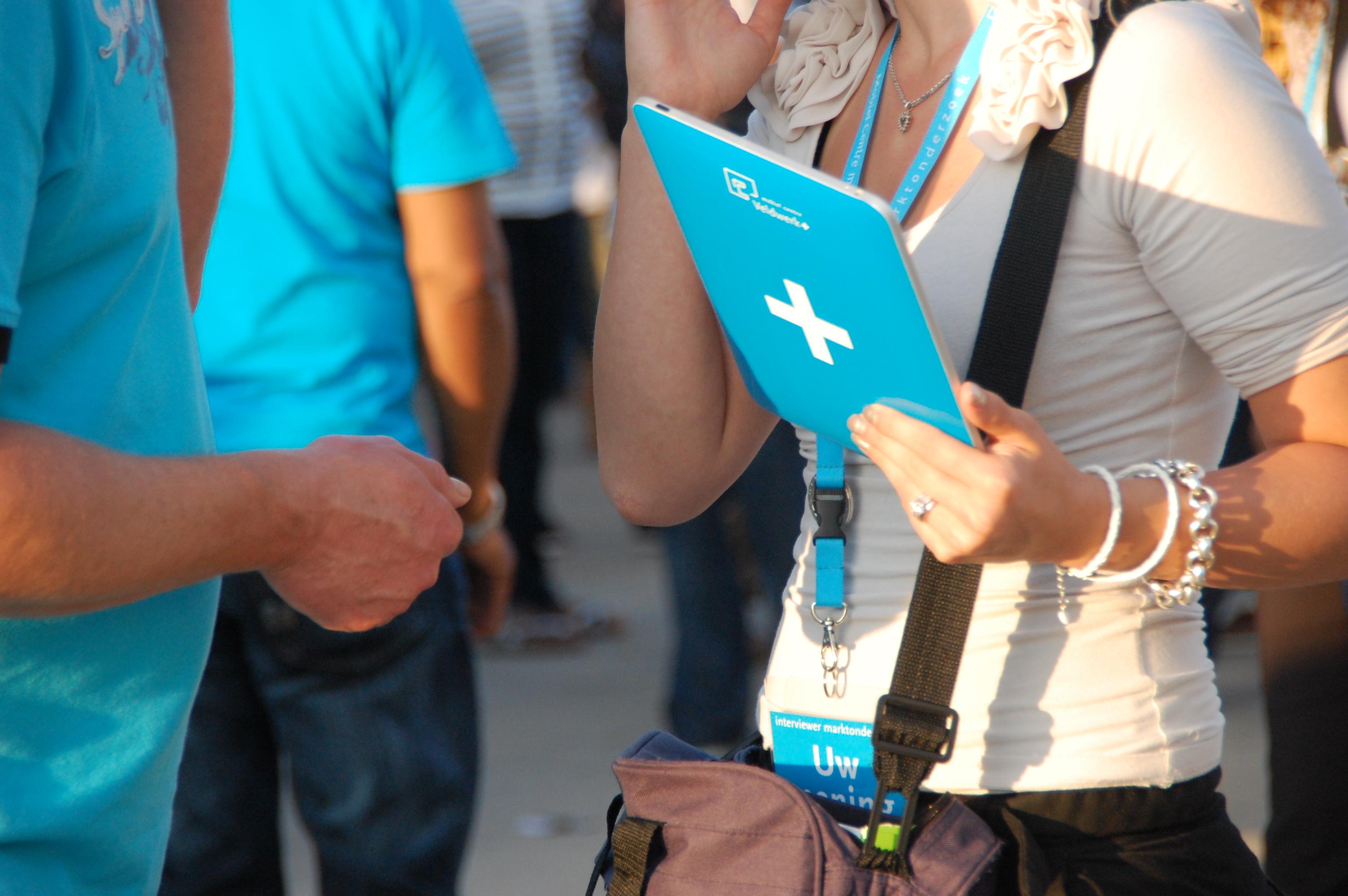 face-to-face marktonderzoek marktonderzoeker met tablet voor face-to-face datacollectie Marktonderzoek Mobiel Centre